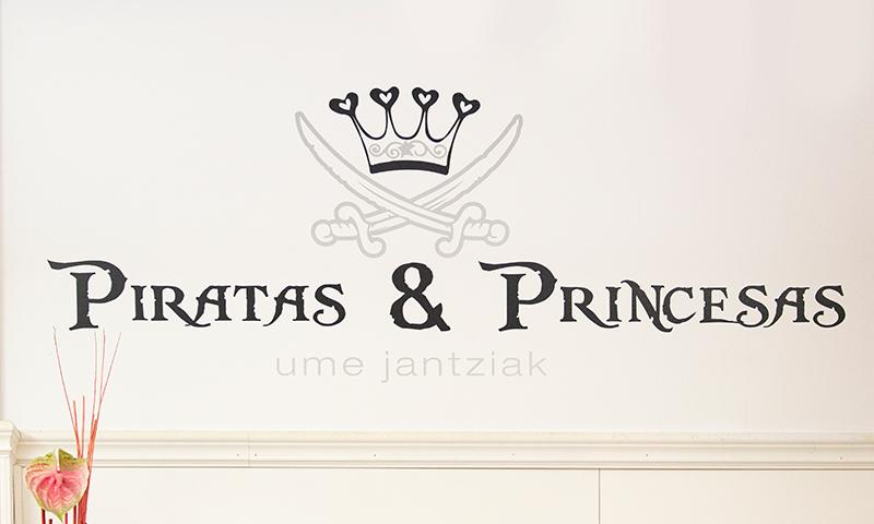 Piratas y princesas umeen arropa dendaren logotipoa